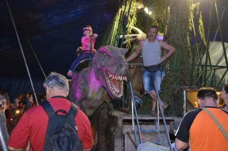 Parcarea Lotus Center, invadată de dinozauri (FOTO)