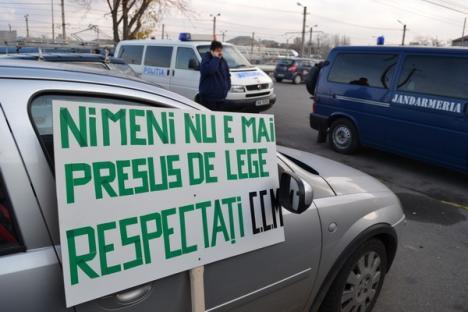 Angajaţii OTL protestează în faţa instituţiei cerând creşteri salariale (FOTO)