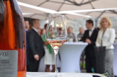 Santé, bonheur, champagne! Cavaleri-sabreri au deschis sticle de şampanie cu sabia la restaurantul Graf (FOTO/VIDEO)