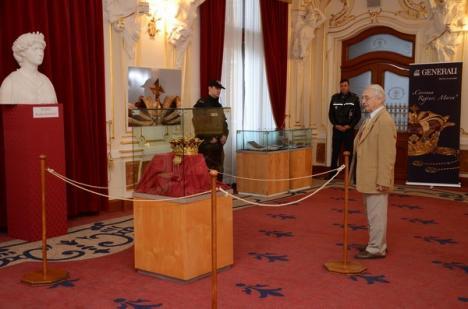 Orădenii au luat cu asalt Teatrul pentru a vedea coroana Reginei Maria (FOTO)