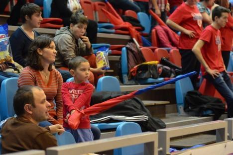 Ploaie cu jucării de pluş şi o nouă victorie pentru CSM U Oradea, sâmbătă, la Arena Antonio Alexe (FOTO/VIDEO)