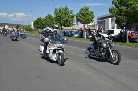 Motocicliştii orădeni au deschis sezonul cu o paradă. Vedetele: doi miri (FOTO)