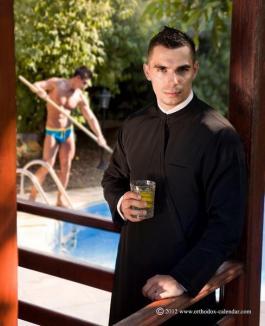Un calendar erotic cu preoţi români stârneşte controverse (FOTO)