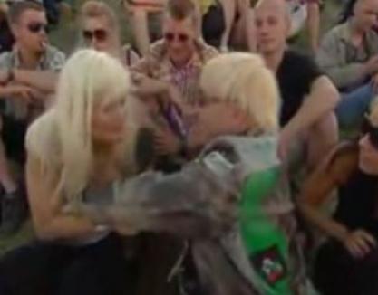 Reporteriţă dezbrăcată în direct de un rocker (VIDEO)