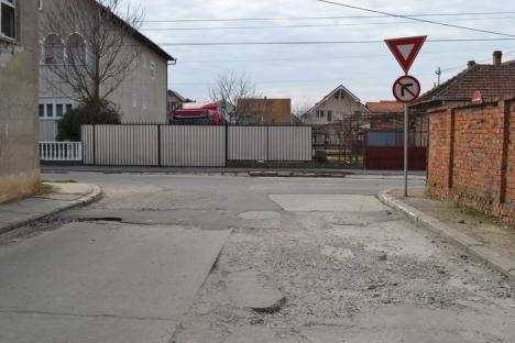Din groapă în hârtoapă: Şoselele orădene au ieşit din iarnă ciuruite, spre disperarea şoferilor (FOTO)