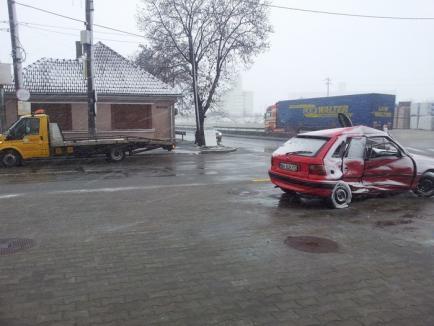 Impact în intersecţie: Doi răniţi şi două maşini făcute praf pe Ovid Densuşeanu