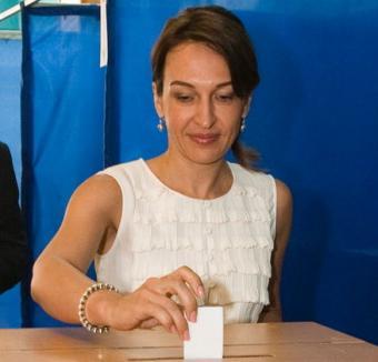 Soţia premierului moldovean se pupă cu oricine face donaţii pentru o cauză caritabilă