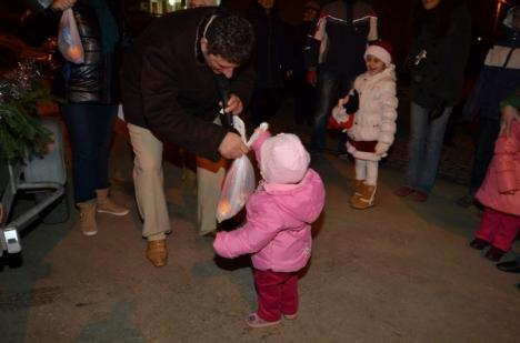 În cartier ca-n familie: Moş Crăciun de la Prima şi-a cadorisit locatarii (FOTO)
