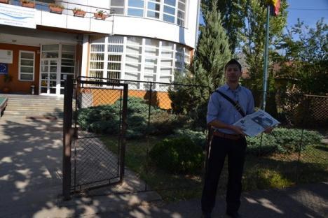 Un orădean care pichetează două instituţii a întârziat la propriul protest (FOTO)