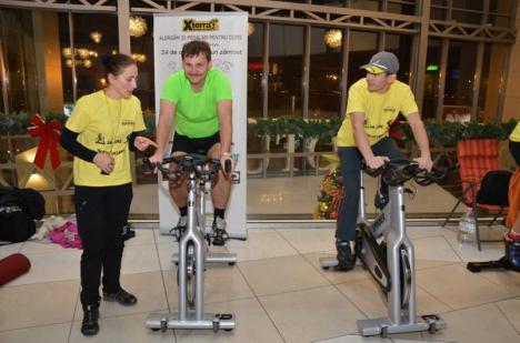Maraton caritabil: Doi orădeni aleargă şi pedalează 24 de ore pentru copiii bolnavi de cancer (FOTO)
