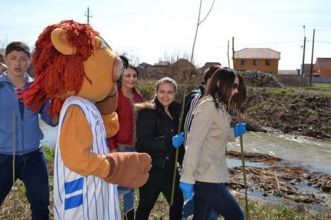 Încurajaţi de mascota Leone, elevii au plantat sălcii pe malul Peţei (FOTO)