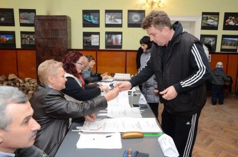 Vremea bate votul! Ninsoarea şi viscolul au determinat o prezenţă scăzută la vot în localităţile din Bihor (FOTO)