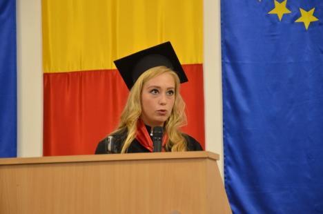 """Absolvire electorală: Prefectul către absolvenţii de jurnalism şi ştiinţe politice: """"Faceţi-ne mândri că suntem români!"""" (FOTO/VIDEO)"""