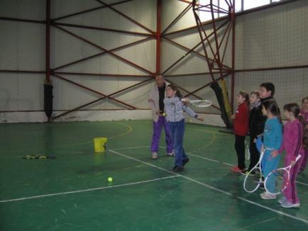 """Proiectul """"Tenisul în comune şi sate"""" dă rezultate la Vadu Crişului"""