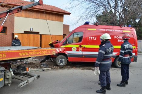 Accident cu SMURD: Patru persoane rănite, între care o voluntară ISU şi o fetiţă de 6 ani (FOTO/VIDEO)