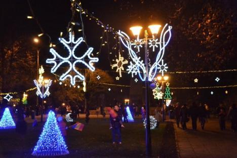 Oradea a îmbrăcat straie de sărbătoare: copiii au aprins ghirlandele de Crăciun (FOTO)