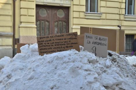 Protest inedit: Un orădean a scos la vânzare zăpada din faţa casei (FOTO)