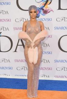 Rihanna, cu sânii şi fundul pe afară pe covorul roşu (FOTO)