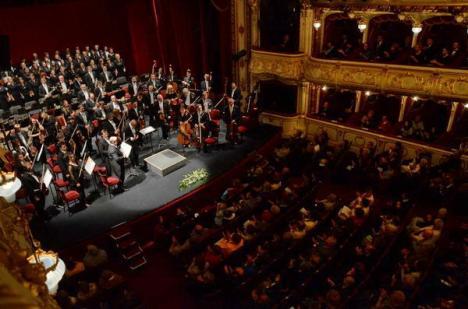 Orădenii i-au aplaudat minute în şir pe reprezentanţii Casei Regale la spectacolul de gală de la Teatrul Regina Maria (FOTO)