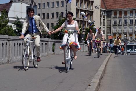 Eco-mirii: Doi orădeni s-au căsătorit pe... biciclete (FOTO)