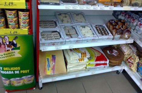 """Un orădean a cumpărat prăjituri """"valabile"""", dar mucegăite de la Nova Euro din Velenţa (FOTO)"""