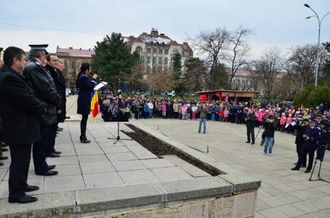 Ziua Poliţiei Române: Copiii şi-au făcut legitimaţii de poliţişti, s-au înghesuit să vadă armele şi să se pozeze cu câinii (FOTO)