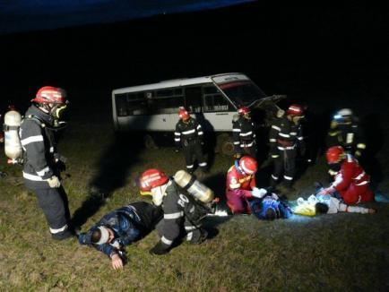 Exerciţiu ISU: Accident cu 20 de victime, după ce un microbuz şcolar şi o autocisternă cu clor s-au ciocnit (FOTO)
