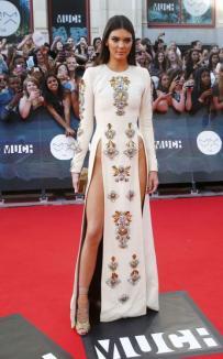 Sora mai mică a lui Kim Kardashian, fără lenjerie pe covorul roşu (FOTO)