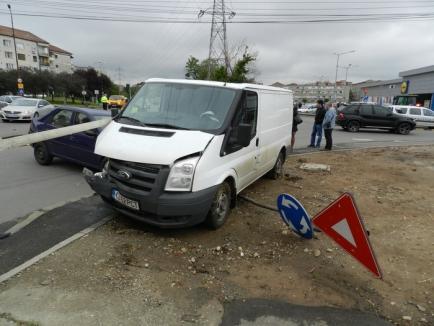 Accident spectaculos între Penny şi Lidl: şoferiţa unui Logan era să răstoarne o dubă (FOTO)
