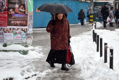 RER curăţă zăpada din oraş cu 20 de utilaje (FOTO)