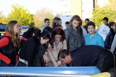 """Elevi de la """"Traian Vuia"""" s-au dat în bărci, ca să cureţe Crişul de gunoaie (FOTO/VIDEO)"""