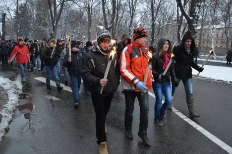 """Sute de maghiari au sfidat ninsoarea pentru festivităţile de 15 martie. Un UDMR-ist a depus coroane cu """"duşmanii"""" din PPMT  (FOTO)"""