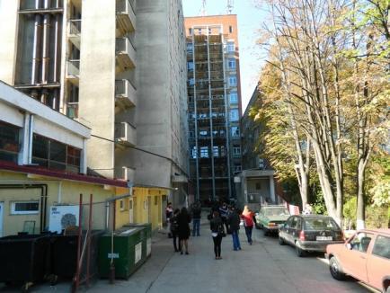 Spitalul Judeţean îşi construieşte două lifturi exterioare pentru transportul rapid al pacienţilor (FOTO)