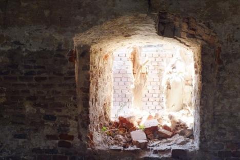Monument în ruină: Cazarma Husarilor se prăbuşeşte din pricina nepăsării proprietarilor (FOTO)