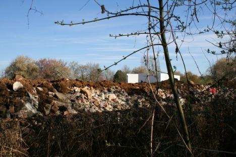 O groapă de gunoi clandestină din Ştrandul Venus s-a prăvălit peste gardul Rezervaţiei cu Nuferi Termali (FOTO)