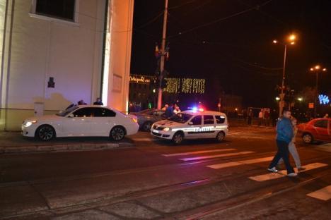 Tamponare spectaculoasă în centru: Un Mercedes a intrat într-un stâlp după ce a fost izbit de un Golf (FOTO)