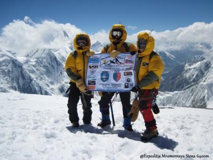 Orădencele care au cucerit, în premieră, cel mai nordic vârf de 6.000 de metri de pe planetă au avut un ghid cu care se înţelegeau prin... semne (FOTO)