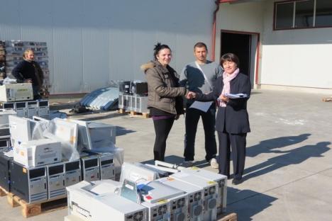 Peste 300 de computere donate de Fundaţia Nato Charity Bazaar şcolilor bihorene