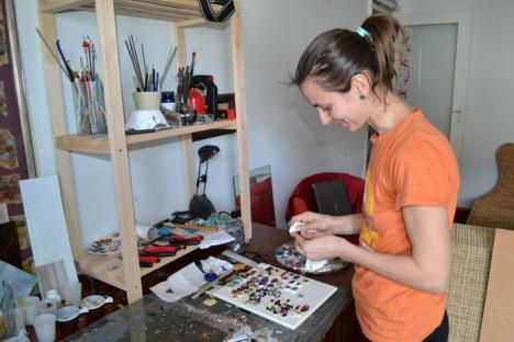 Stăpâna inelelor: O orădeancă realizează bijuterii din cioburi colorate (FOTO)