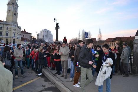Circa 200 de orădeni au mărşăluit prin centru, cerând redeschiderea localului Moszkva (FOTO)