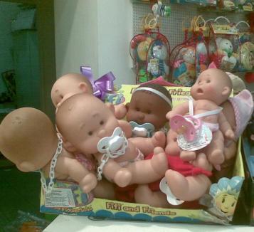 Copiii donează jucării pentru copii