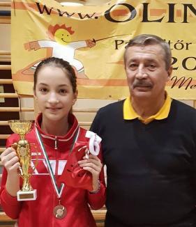 Două medalii pentru tinerele spadasine de la LPS Bihorul, la întrecerile de la Szolnok