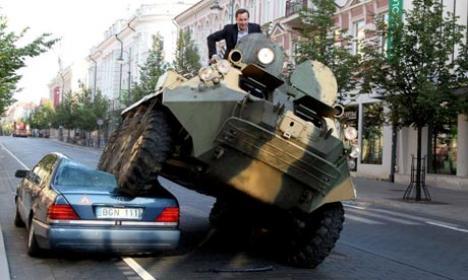 Primarul din Vilnius a trecut cu tancul blindat peste maşinile parcate pe pista de biciclete (VIDEO)