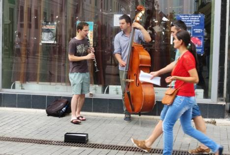 Doi studenţi de la Muzică le cântă orădenilor pe stradă (FOTO/VIDEO)