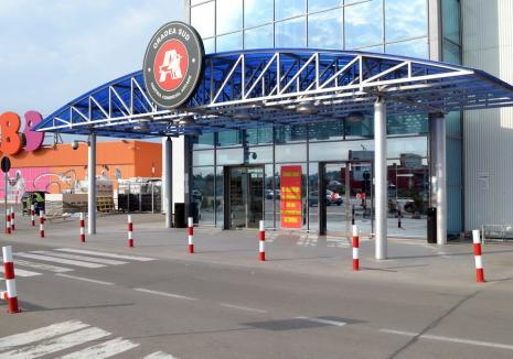 Un hoț care a furat 3 console de jocuri din Auchan a fost prins după ce s-a întors la locul faptei