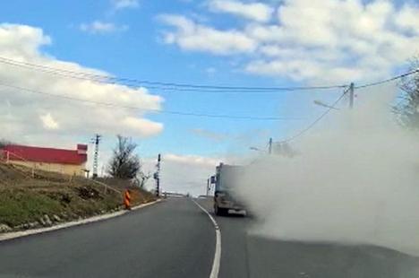Ne enervează: Un camionagiu a umplut de fum și ulei mașinile șoferilor de pe drumul de Beiuș (FOTO / VIDEO)