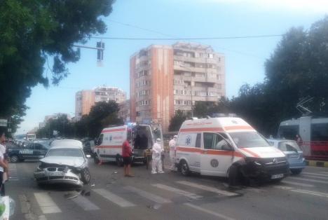 Accident între un BMW și o ambulanță care transporta un suspect de Covid în Oradea (FOTO)