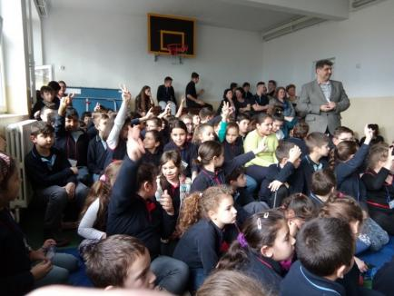 Întâlnire de suflet la Şcoala 'Ioan Slavici' din Oradea: Spadasina Bianca Benea şi-a revăzut învăţătoarea şi profesorii (FOTO)