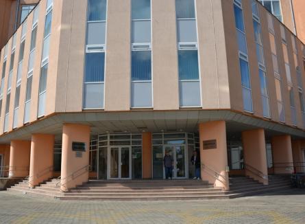 Universitate fără carte: La Universitatea din Oradea se umflă salariile, dar nu se dau doi bani pe cărți