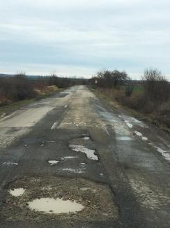 Ne bagă-n gropi! Din 28 de drumuri aflate în administrarea Consiliului Judeţean Bihor, 17 sunt în stare proastă, pline de gropi şi denivelări (FOTO)